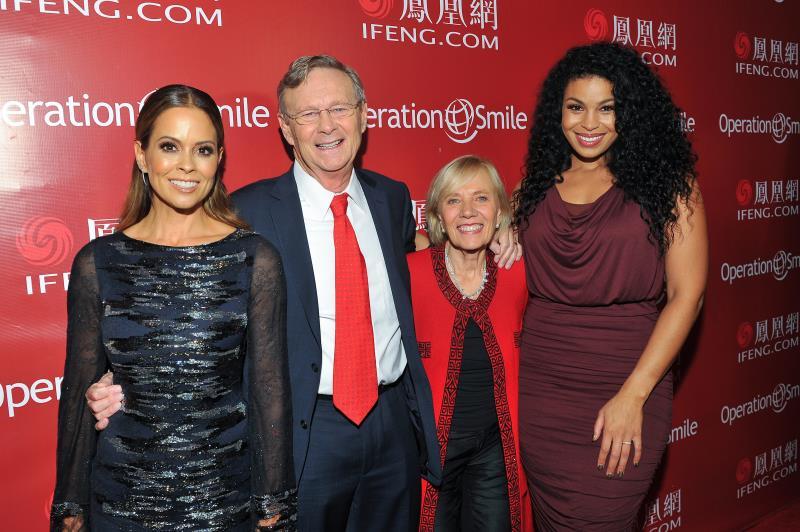 """微笑行动联合创始人Bill & Kathy Magee夫妇与好莱坞明星在2016凤凰网""""美丽童行""""慈善晚宴洛杉矶站红毯合影"""