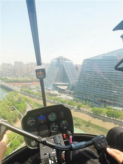 驾驶员开着直升机俯瞰曲江 受访者供图