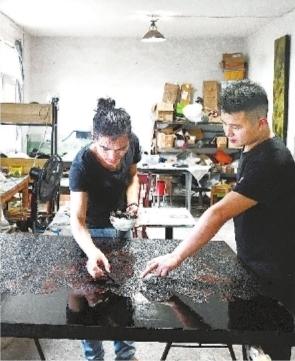 2020年8月17日上午,吴星(右)和师弟韦焯华在为镶嵌好的大漆作品上漆,30岁的吴星毕业于中南民族大学美术学院公共艺术设计专业,2013年夏天回汉创业。他在东湖租下一处民宅成立漆艺工作室,带领多名大学生创业。长江日报记者高勇 摄