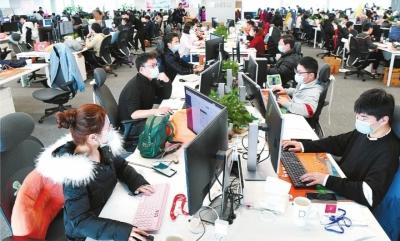 今年2月26日,小米武汉总部科研人员在各自岗位上潜心工作,每年大批优秀的武汉的大学毕业生加入到小米团队。长江日报记者高勇 摄