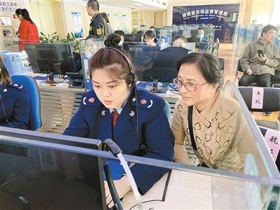 商家、市民代表走进12315投诉举报指挥中心体验消费投诉处理过程 记者 南江远 摄