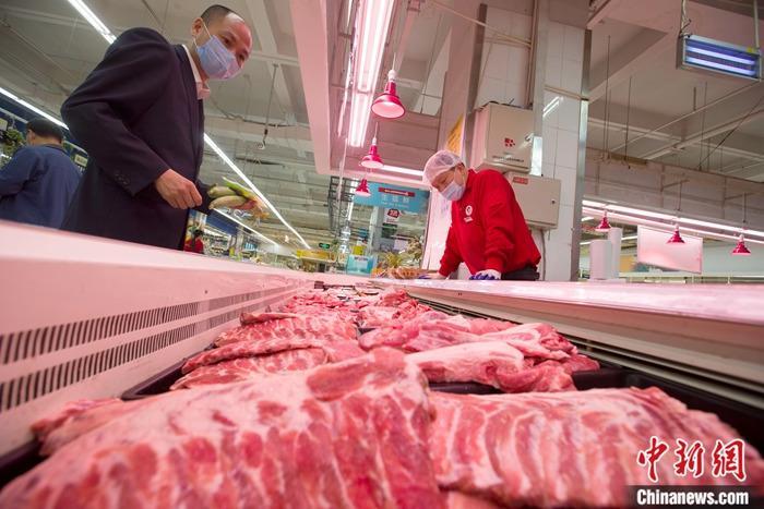 资料图:消费者正在超市内选购猪肉。<a target='_blank' href='http://www.chinanews.com/'>中新社</a>记者 张云 摄