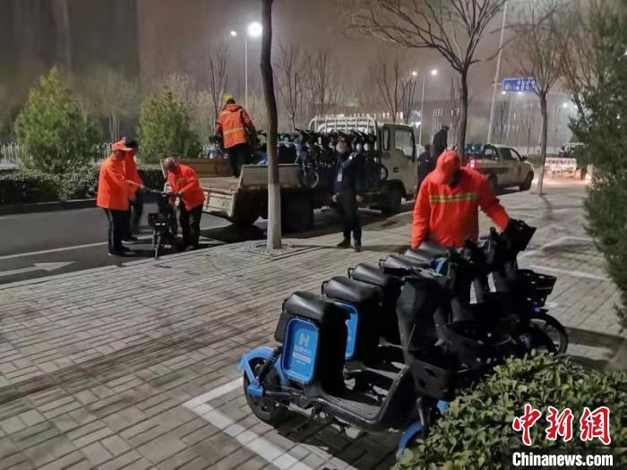 工作人员连夜投放挂牌车辆。 晋中市城市管理局供图
