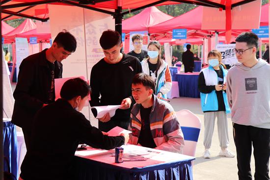 2020年11月,无锡职业技术学院开展2021届毕业生线下招聘会。 学校供图