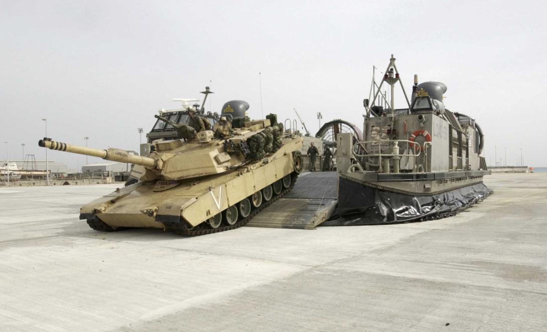 美国海军陆战队的M1A1坦克从气垫登陆艇上驶出。为了适应新的作战概念,美海军陆战队开始淘汰重型坦克,增强机动性和无人作战能力。