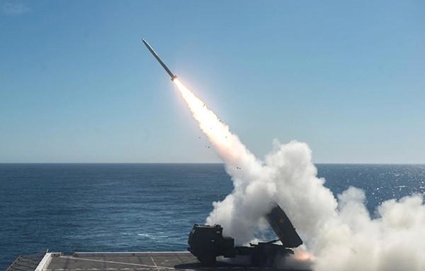 """近年来,美国海军陆战队一直探索一些新的作战方式,图为海军陆战队""""海马斯""""火箭炮在""""安克雷奇""""号船坞登陆舰的飞行甲板上试射火箭弹。"""