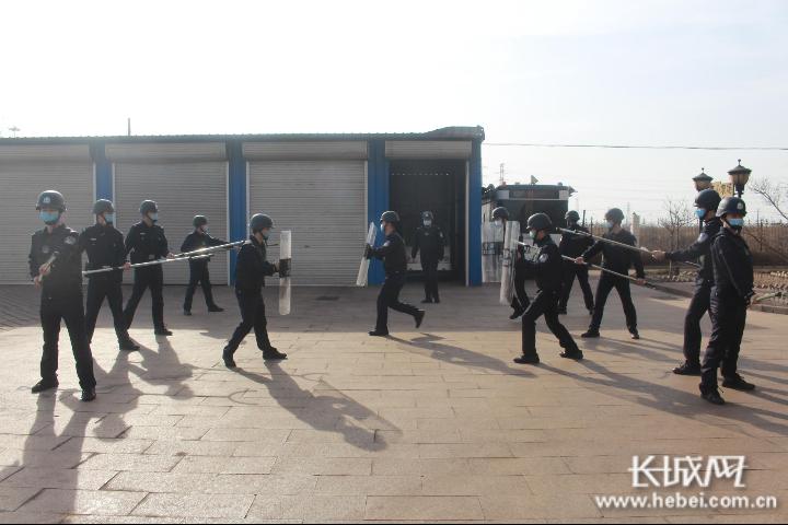 民警正在进行实战演练。