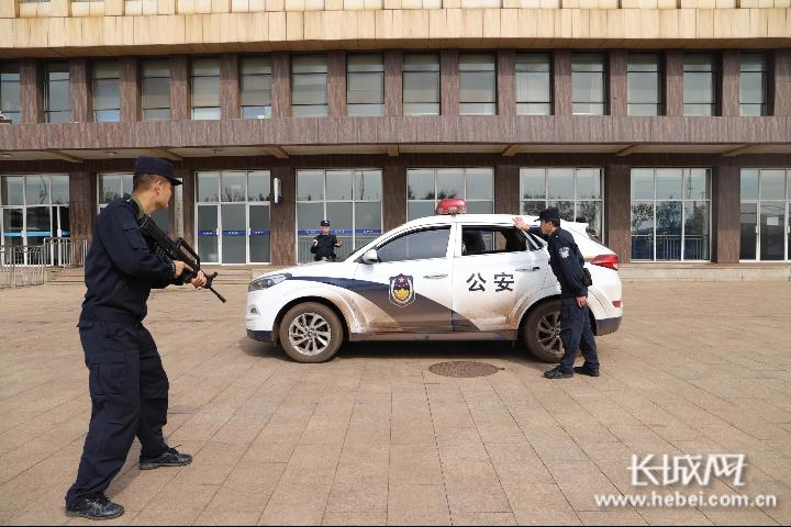 民警正在进行特定车辆盘查。