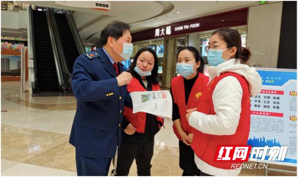 长沙县市监局工作人员在向市民讲解消费维权知识。