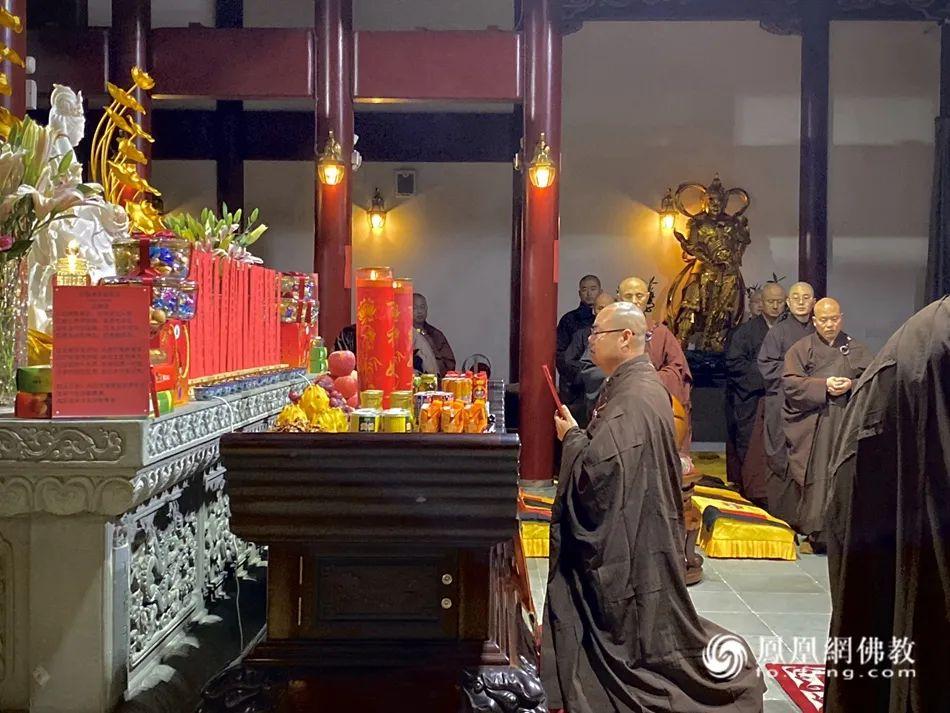 如晟法师在普陀山白华庵参学时,在僧团任职维那(图片来源:凤凰网佛教)