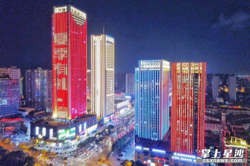 夜晚灯光璀璨,浪漫的气味弥漫在长沙县的大街小巷。章帝 摄