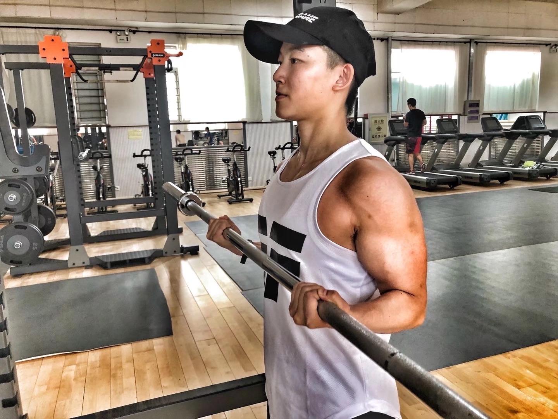 撸铁撸出一身肌肉