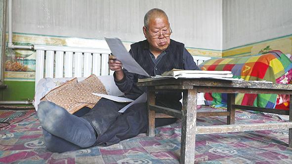 原平农民散曲社社员宋高柱在创作散曲(3月17日摄)。新华每日电讯记者赵阳摄