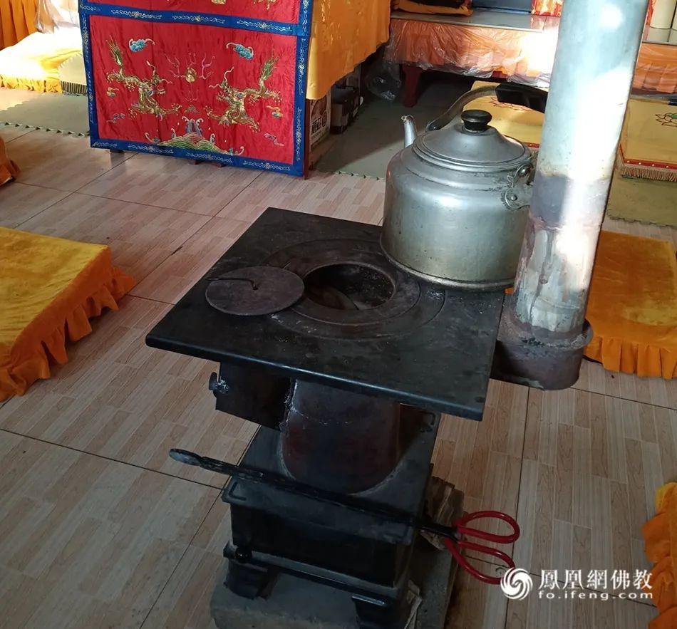 寺院煤炉(图片来源:凤凰网佛教)
