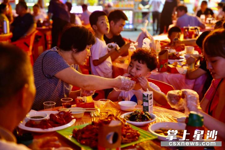 """泉塘街道将泉星美食街打造成""""夜经济美食坐标""""。曾诗怡 摄"""