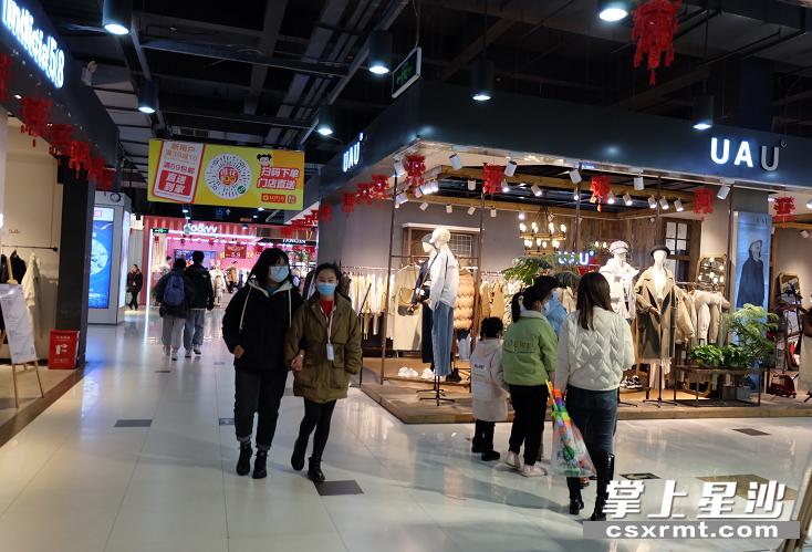 春节期间,市民在商场购物。 李丹 摄