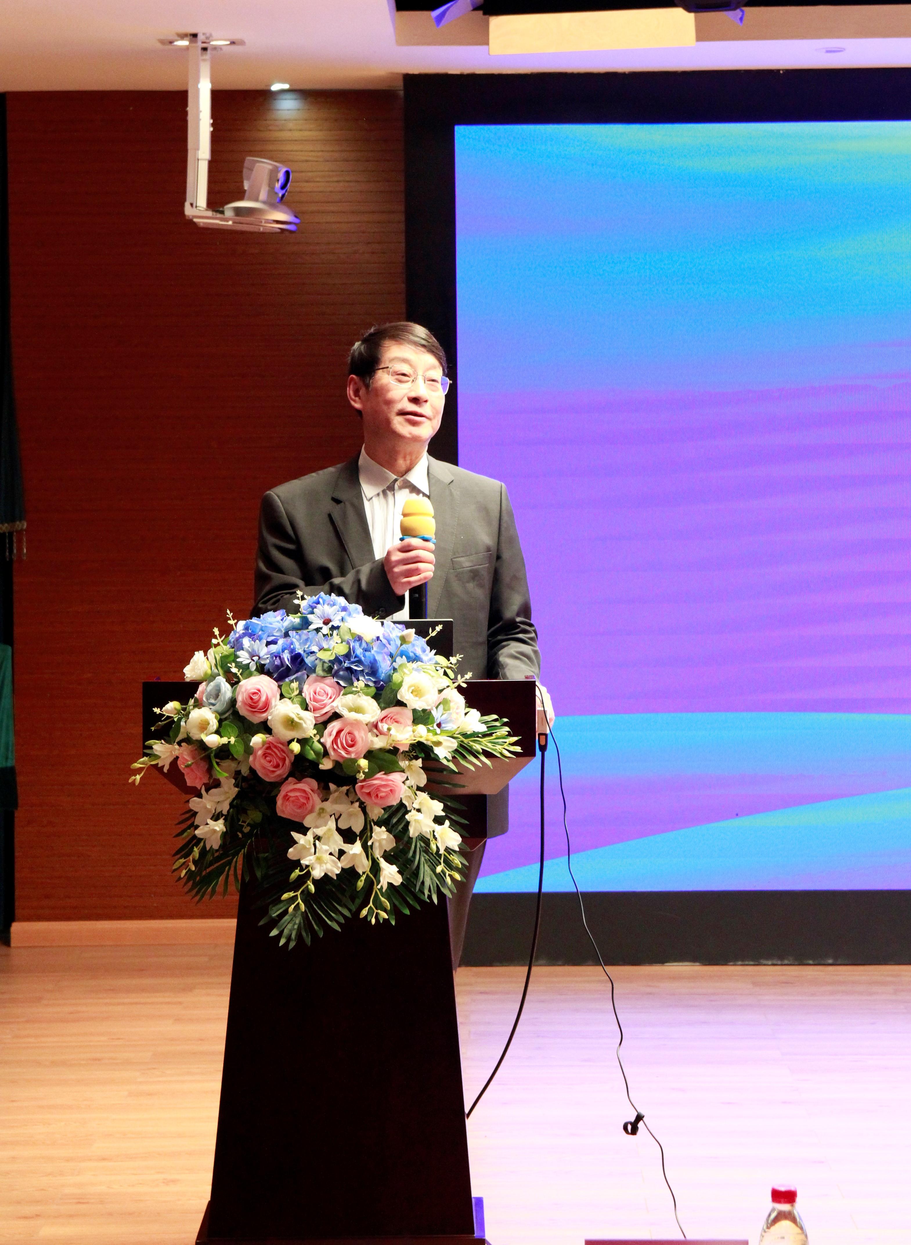 上海教育学会副会长、原上海市教委教研室主任徐淀芳作微报告:《作业改革》