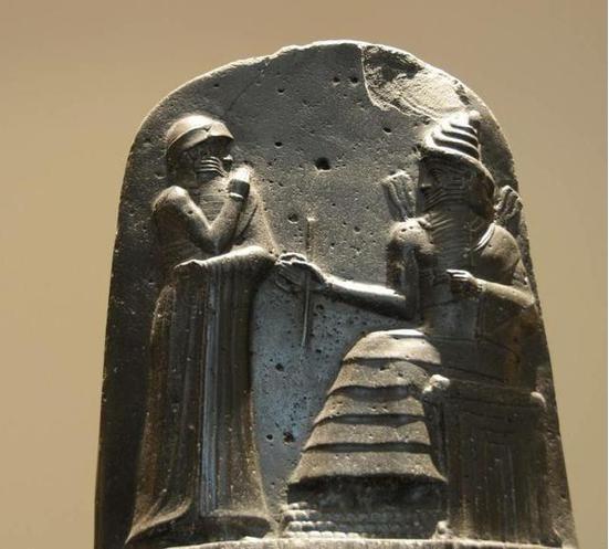 汉谟拉比法典石碑上授予权杖的雕像