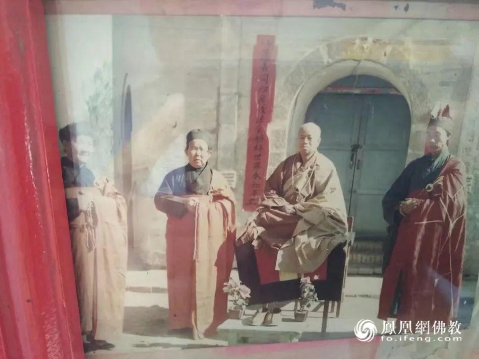 端坐中间的是如晟法师的剃度恩师——湛照法师,摄于1990年(图片来源:凤凰网佛教)