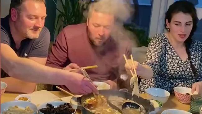 女子与外国友人分享吃火锅 拿筷姿势五花八门笑喷众人