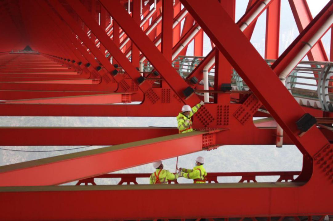检修工人在检修桥梁螺栓