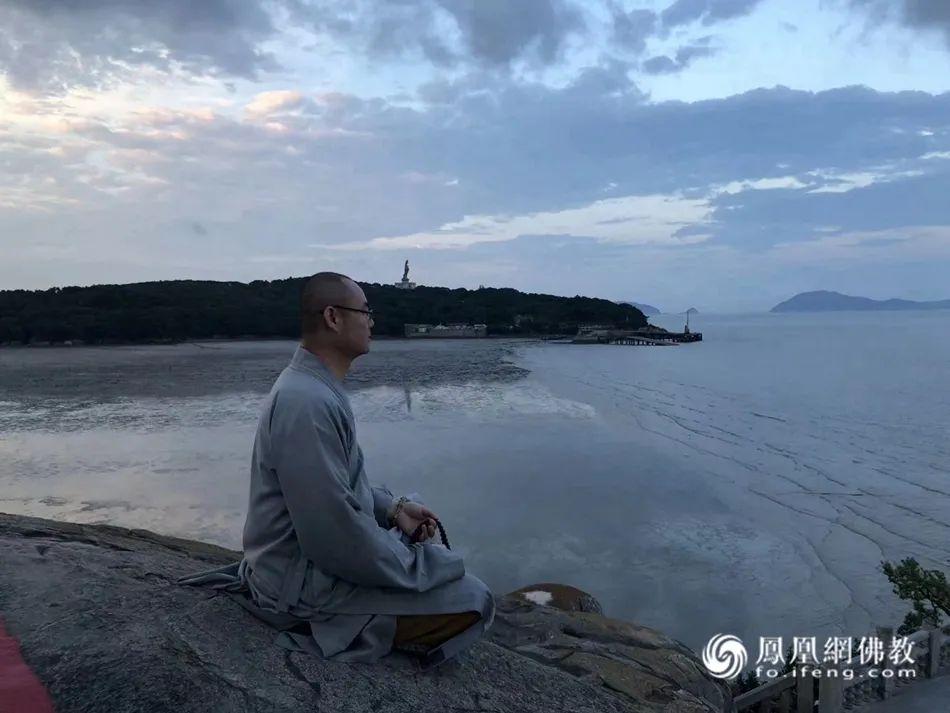 在普陀山凭海远眺的如晟法师(图片来源:凤凰网佛教)
