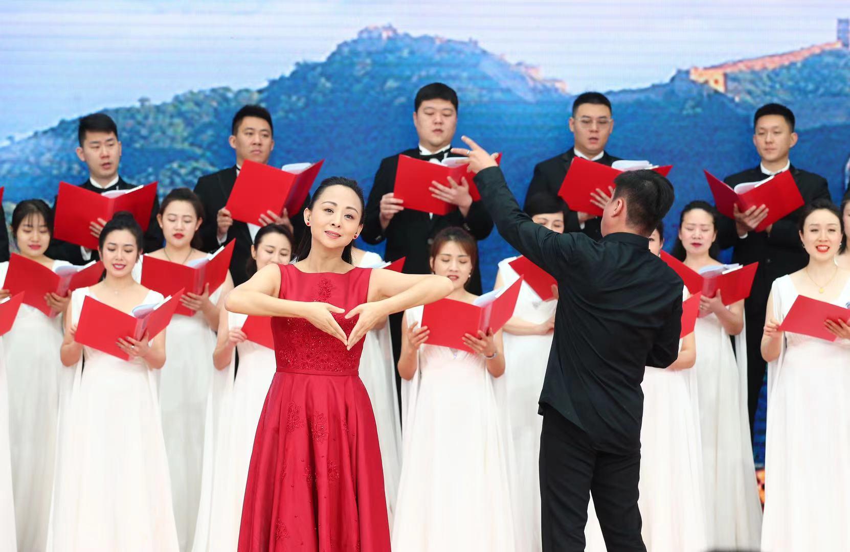 中国交响乐团合唱团与中国残疾人艺术团青年舞蹈家邰丽华等表演的手语合唱《不忘初心》