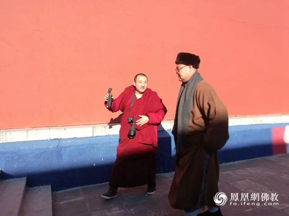 正在拍摄短视频《雪中禅》的如晟法师和孟和德力根法师(图片来源:凤凰网佛教)