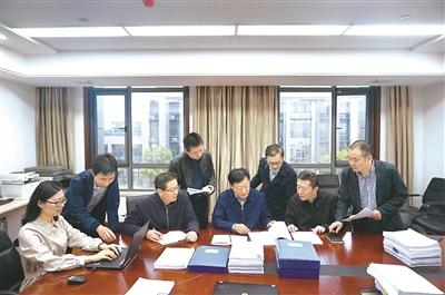 圖為安徽省紀委監委專案組工作人員在一起省農商行系統案件移送審理前,討論完善審查調查報告。
