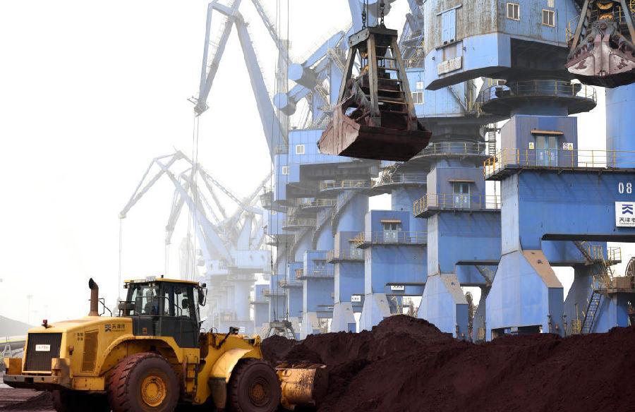 3月28日,在天津港南疆码头,工程车辆和起重机对固体废物进行装船作业。新华社记者 赵子硕 摄
