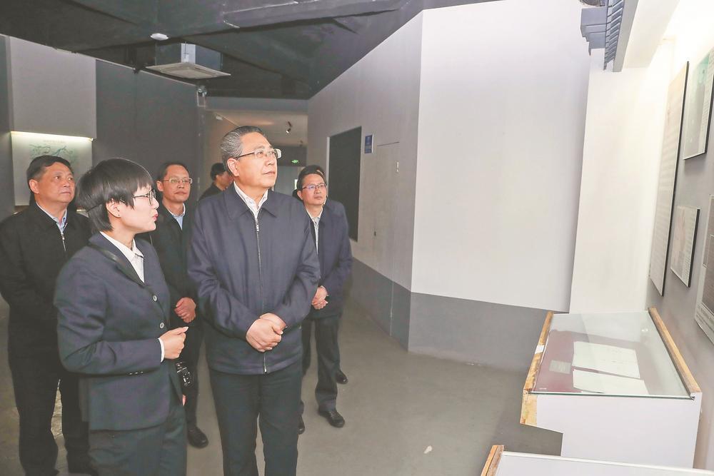 4月1日,省委書記李錦斌來到宣城市涇縣皖南事變陳列館,仔細觀看展出的新四軍史料和文物,深情緬懷革命先輩的豐功偉績。徐國康 攝