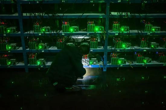 图/视觉中国(矿机正在挖矿)