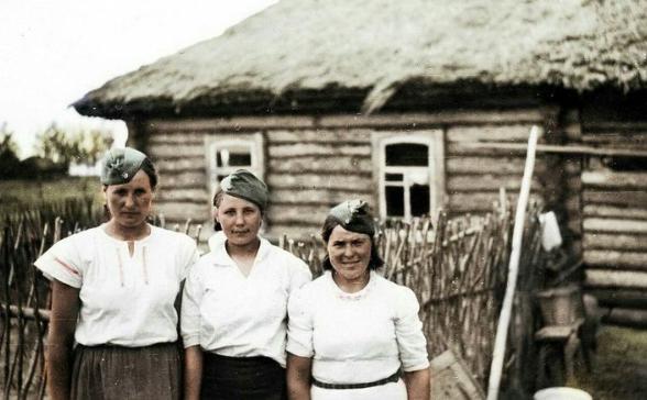 (图为戴着德军船形帽的乌克兰妇女)