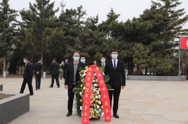 在宁江区烈士陵园入口,经过体温检测和扫码登记后,全体人员前往主纪念碑广场,集体祭奠英烈。