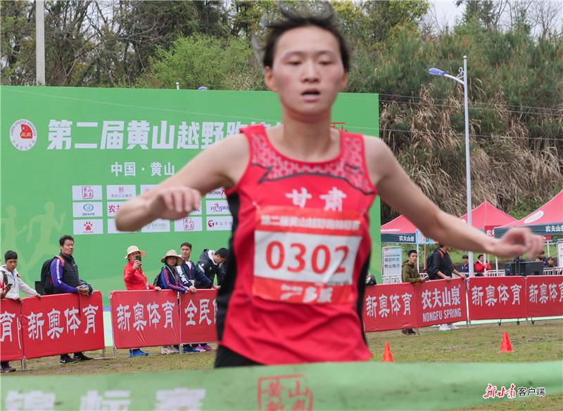 邓书佳在6公里比赛中率先冲线