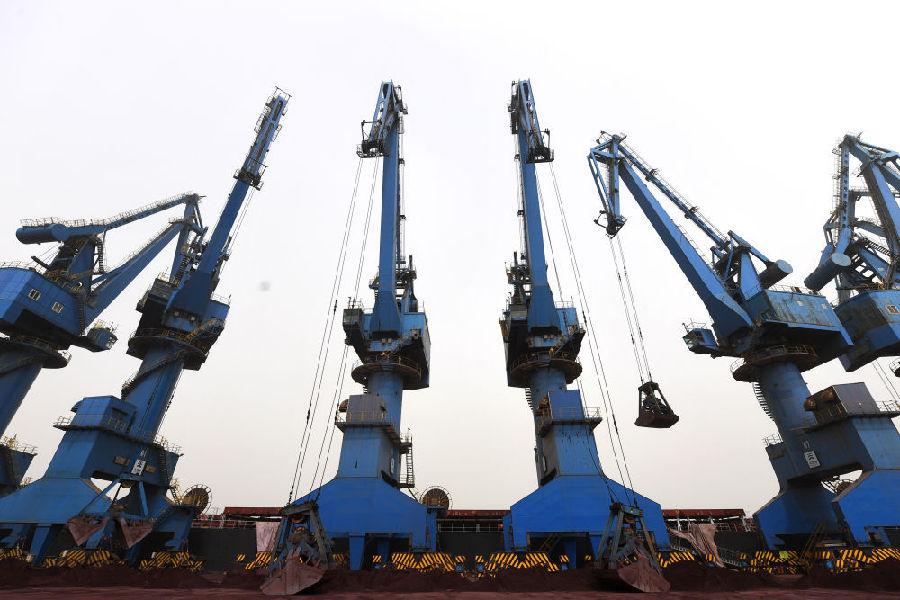 3月28日,在天津港南疆码头,起重机对固体废物进行装船作业。新华社记者 赵子硕 摄