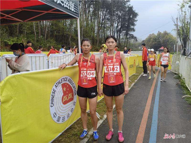 王盼盼(左)、邓书佳携手征战越野跑