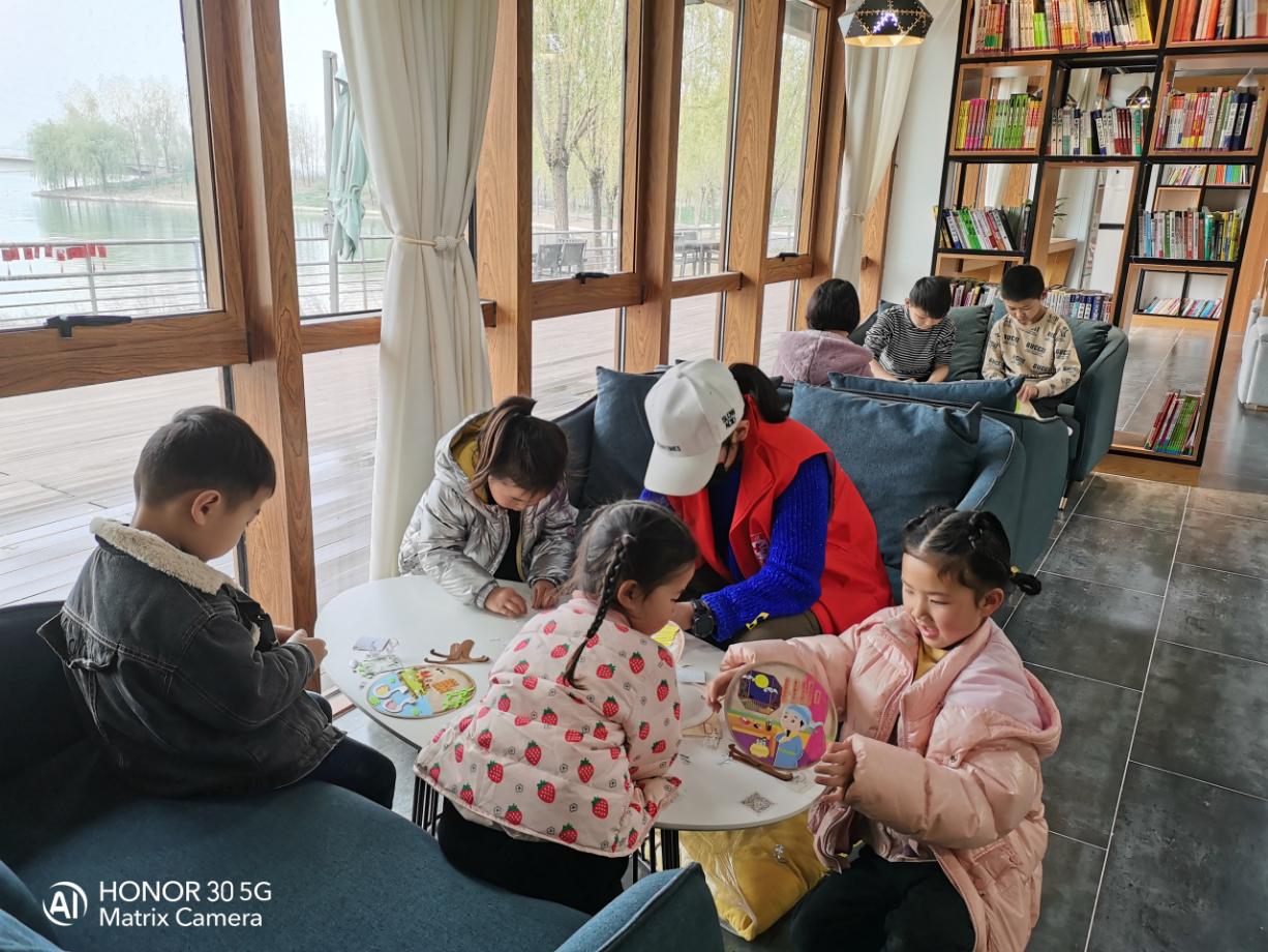 牟山湿地公园郑品书舍志愿者带领小朋友体验诗词画卷制作现场