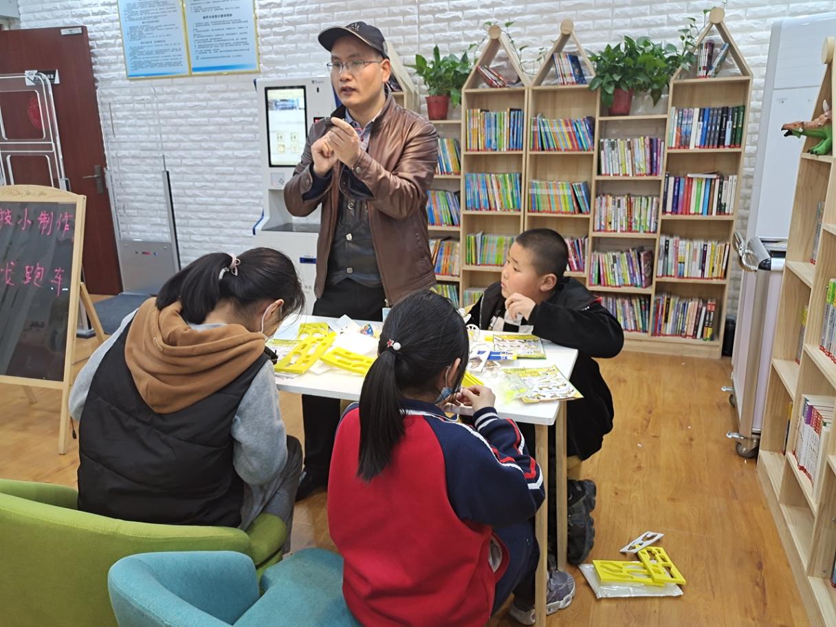 府前街郑品书舍老师讲授科技小制作活动现场