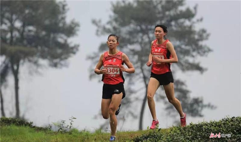 两位甘肃姑娘成为越野跑中的靓丽风景