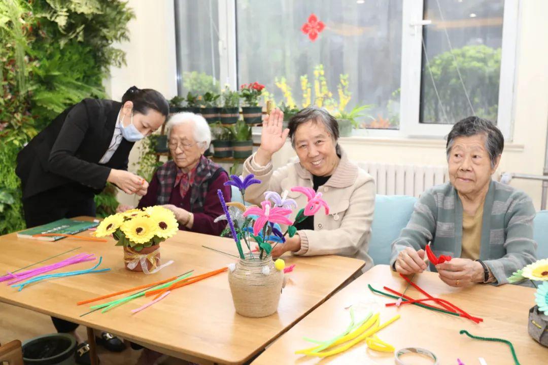 老人们正在做手工