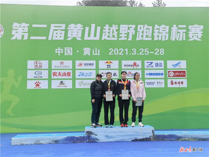 王盼盼(左二)、邓书佳(右二)、吴洪娇(右一)在领奖台上