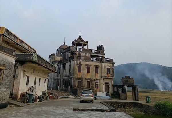 第一眼看到龙安村,这辆小车是唯一的现代化痕迹 本文图均为 叶克飞 摄