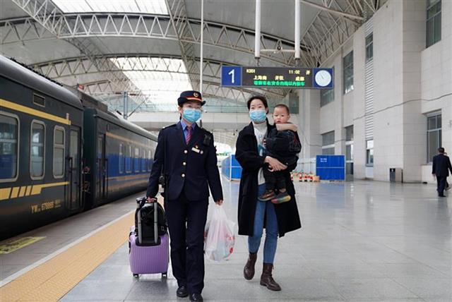 武铁加开132对列车迎清明短途客流岑岭