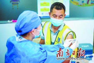 广东在广深等5个重点城市优先推进全人群接种。图为4月6日,深圳一名工人正在接种疫苗。朱洪波 刘敏娜 摄