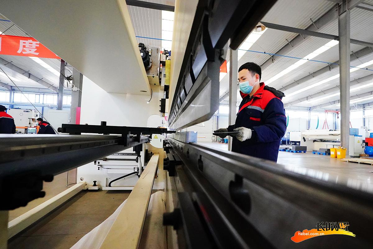 工人在由北京转移到该县的一家医疗辅助器材生产企业车间内工作。