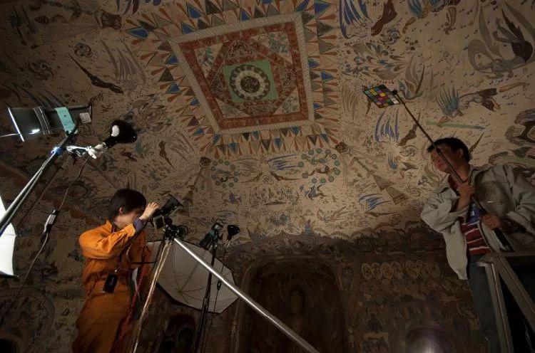 敦煌研究院与日本东京文化财研究所工作人员在莫高窟第285窟进行红外紫外摄影研究