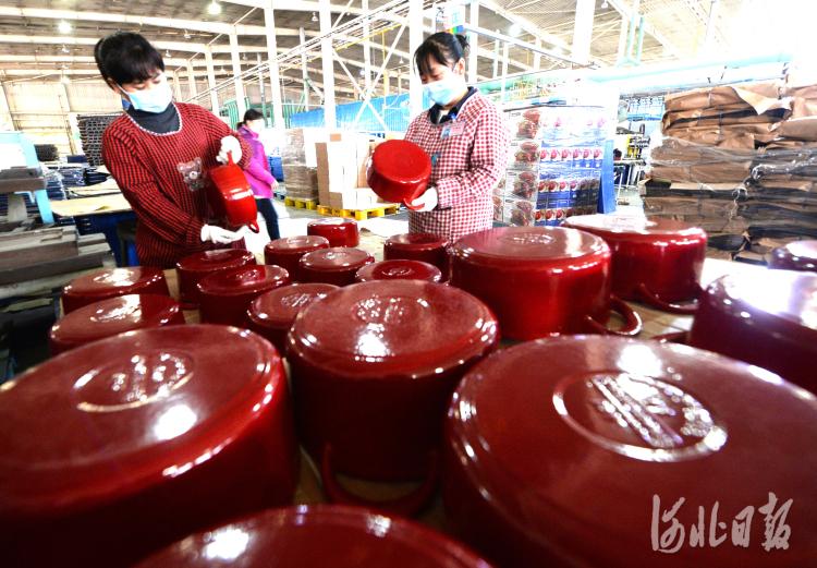 近日,位于河北省隆尧县河北三厦厨具科技有限公司员工检验铸铁珐琅炊具。河北日报记者杜柏桦摄影报道