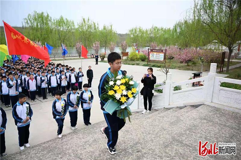 图为临城县第三中学师生在李保国纪念馆献花。
