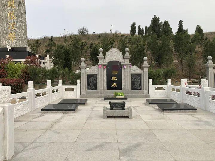 安徽省宿州市埇桥区符离镇凤鸣山公墓(又称芦村公墓)规格为5米×6米的豪华家族墓